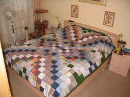 Вот такое покрывало, выполненное в технике лоскутного шитья, подойдет для любой комнаты, и детской, и взрослой.